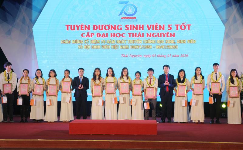 """Tuyên dương 141 """"Sinh viên 5 tốt"""" cấp Đại học Thái Nguyên"""